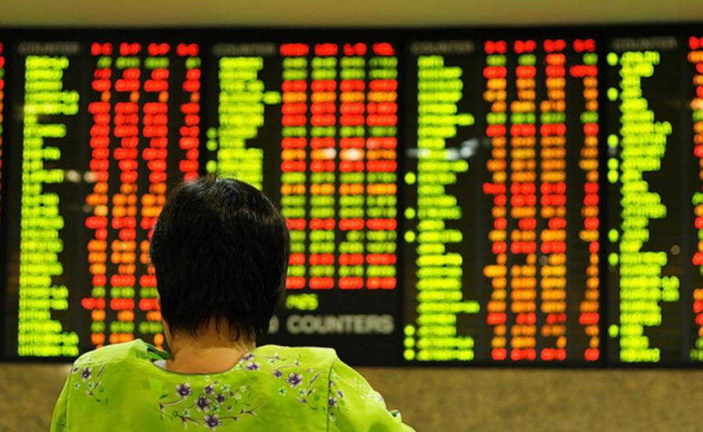 Schermo di trading e trader donna indeciso